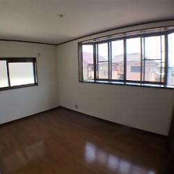 大きな出窓のある2階6.7帖の洋室 / ( 内装 )